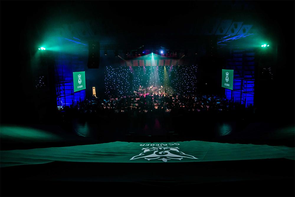 Publikum på scenen i storesalen